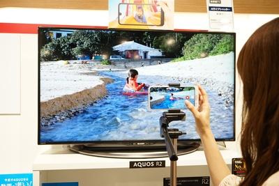 動画専用の超広角レンズで、臨場感のある動画が撮影できる/AQUOS R2