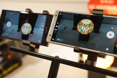 発表会では間接照明でデュアルカメラの魅力を紹介。2016年12月発売した「Xperia XZ」(写真左)と比べて、デザインの柄がくっきりとしているのが分かる/Xperia XZ2 Premium