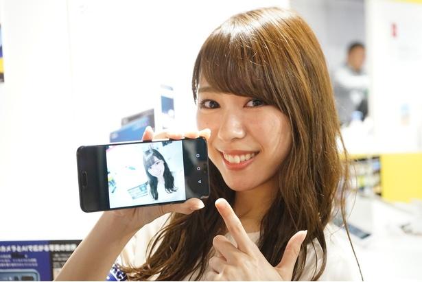 インカメラで撮影したセルフィーに「これはスゴイ!」とレポーターも太鼓判!/HUAWEI P20 Pro
