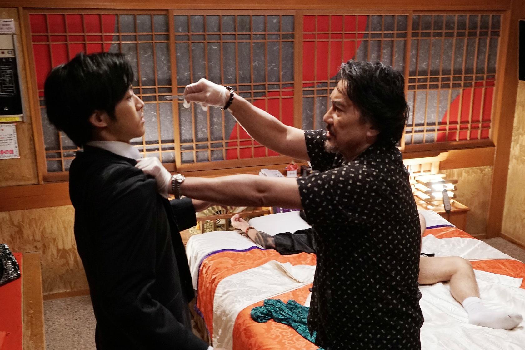 松坂桃李演じる日岡にメスを向ける衝撃シーンも
