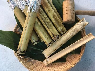 竹筒にもち米を入れて炊飯した先住民料理の竹筒飯(ツートンファン)。竹を割ってホカホカを味わおう