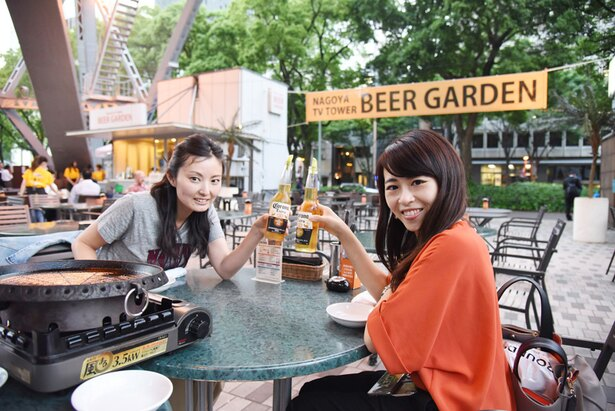 【写真を見る】名古屋テレビ塔下で乾杯!大好きなコロナでご満悦の東海ウォーカー女子スタッフ