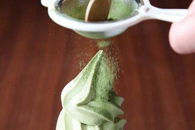 【写真を見る】お茶を使ったスイーツは注文を受けてから茶葉をひくというこだわり!/CAFE 大阪茶会