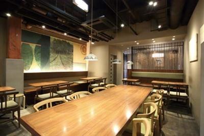 器の並ぶ店頭を抜けてカフェへ/CAFE 大阪茶会
