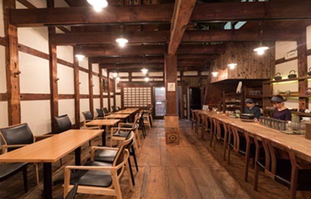 築100年ほどの蔵をリノベートした趣のある店内/蔵Cafe 矢野善
