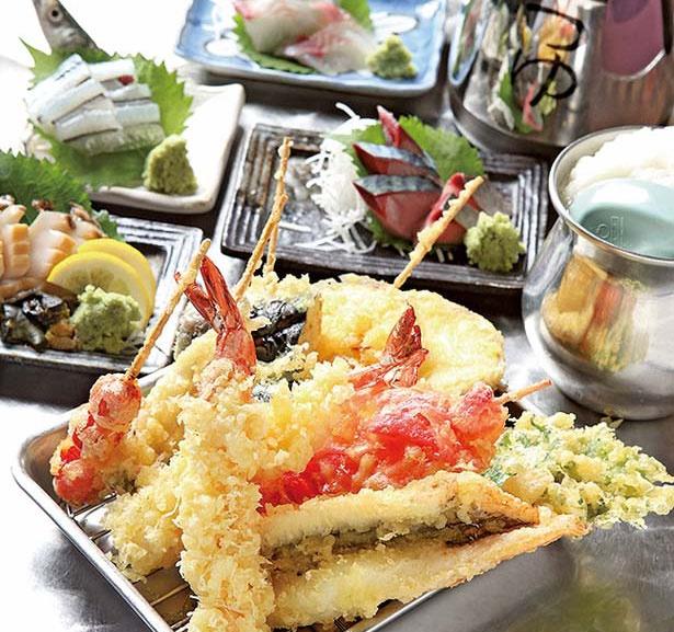 魚介や野菜の天ぷら(手前)は1個108円からと激安/地魚屋台 とっつぁん 天満店