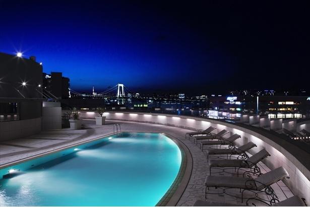 夜になるとより一層輝きを増す東京の夜景に包まれた、都会の中のリゾート空間が広がる