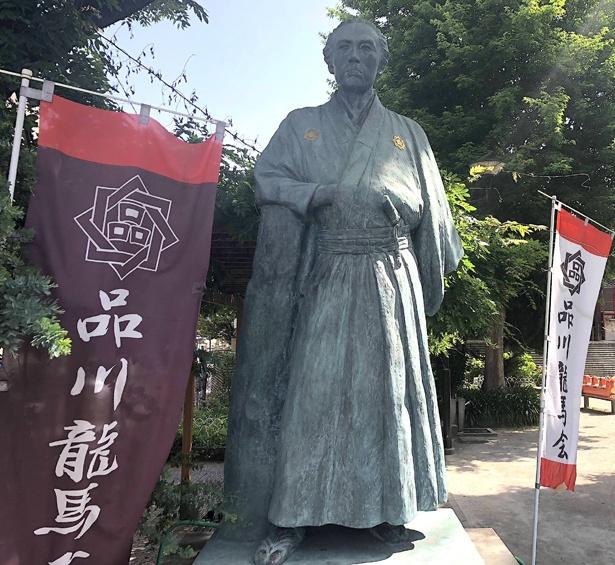京急線立会川駅からすぐの公園に建つ「20歳」の坂本龍馬像。全国各地にある龍馬像の中でも珍しい、わらじ履きの龍馬だ。復元された砲も近くにある。