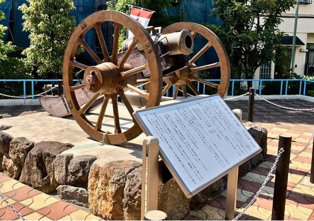 復元された原寸大のホーイッスル砲。幕末の浜川砲台には、この砲を含めて8門の大砲が配備されたという。若き日の龍馬はマジメに警備したんだろうか?