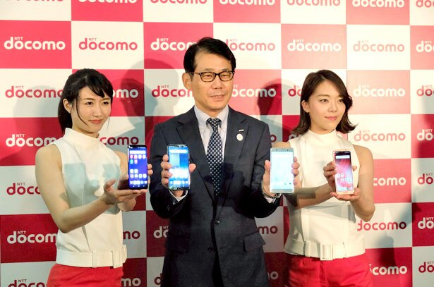 【写真を見る】株式会社ドコモ 紀伊肇 関西支社長による、最新機種とのフォトセッション