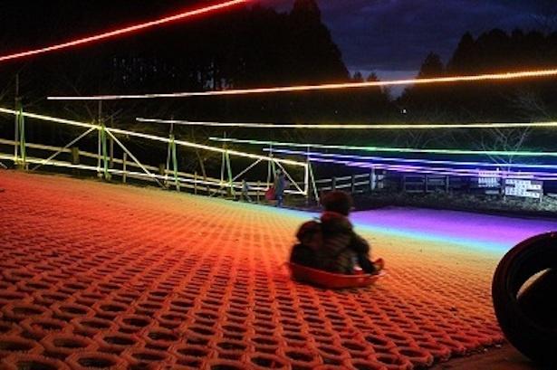 「ホタルの夕べ」開催日は特別夜間営業となり、光る芝滑りなどのイベントも開催!