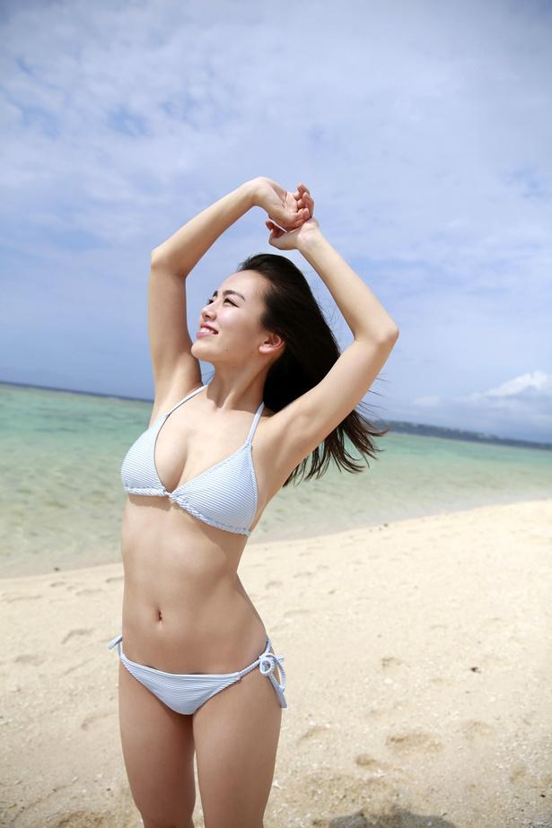 【写真を見る】伊原六花が沖縄の海でビキニ姿を惜しげもなく披露