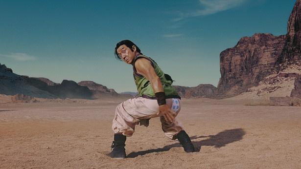 【写真を見る】破れたズボンからのぞくのは…?