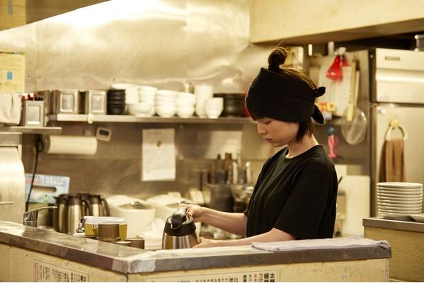 【写真を見る】ラーメン店の店員を演じる弘中アナの演技に、監督も大絶賛!?