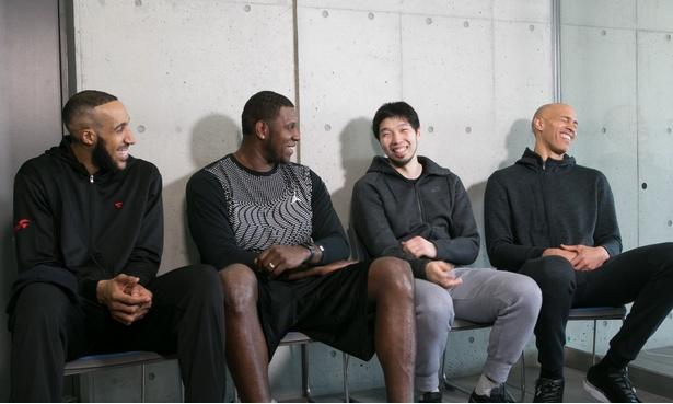 写真左からシムズ選手、バッツ選手、松井選手、桜木選手。笑いが絶えない取材になった