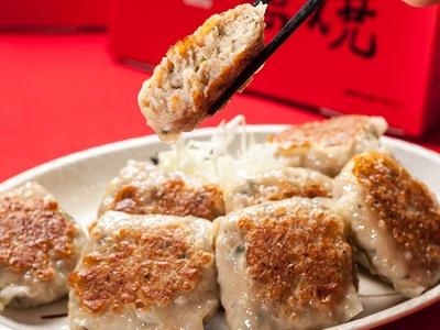 餃子とシューマイのいいところ取りをした刈谷名物「萬焼」(500円)。愛知県産豚肉と名古屋コーチン、厳選野菜を超薄皮で包んだオリジナル餃子だ