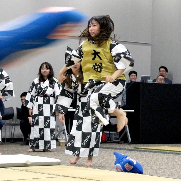大将として「スポーツまくら投げ」で躍動する松村