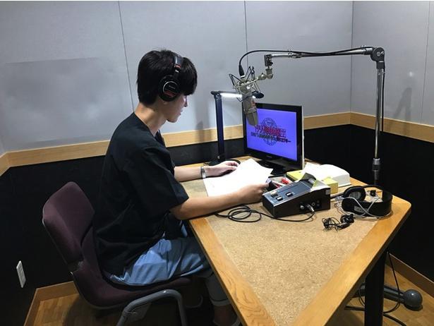 【写真を見る】ナレーションを務めるイケメン声優・櫻井孝宏