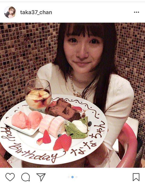 「Happy Birthday ななちゃん」と書かれたプレートを手に、涙を目にためながら笑顔を見せる浅川梨奈