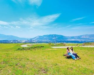 「阿蘇パノラマライン」の中間に位置する米塚下園地。ベンチに座って阿蘇の景観を独り占め