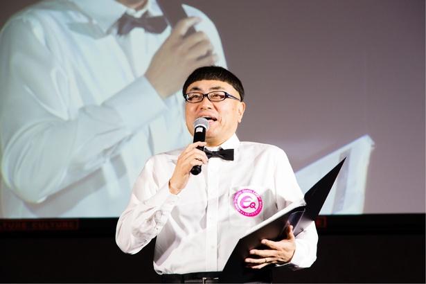 【写真を見る】MCを務めるイジリー岡田「eスポーツはやはりスポーツなんだと実感しました」