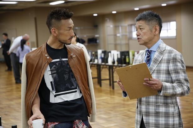 【写真を見る】中田英寿(写真左)と「SAKE COMPETITION 2018 実行委員長」長谷川浩一氏(写真右)