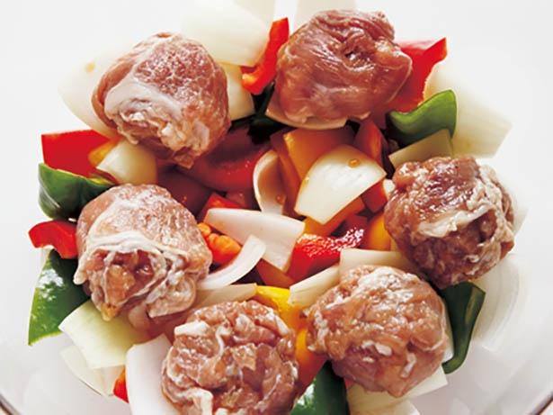 丸めた豚こまを野菜にのせてレンジ加熱。肉の脂で、油いらず