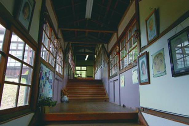 玄関から入ってすぐ正面にある、隣の建物へ続く階段