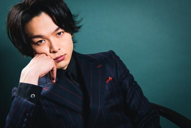 公開中の映画「孤狼の血」で暴力団「尾谷組」の構成員・永川恭二を演じている中村倫也