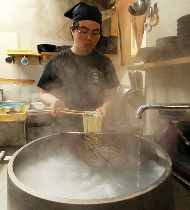 麺をゆでる鍋の直径は60cm。マンモス大学のそばという立地でも、切りたて、ゆでたてのうどんを客に提供したいという店のこだわりを感じることができる