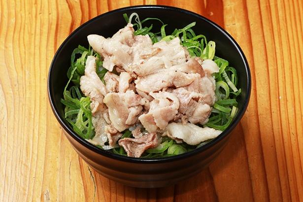 小盛(230円)、中盛(280円)、大盛(500円)の「ネギ塩豚丼」(写真は小盛)。「温玉豚塩うどん」と同じ豚肉で作る