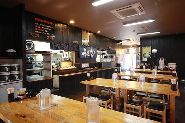 店内は55席を配置。おにぎりやいなり、トッピングの天ぷらはセルフ式という讃岐スタイルは、開業時から行っている