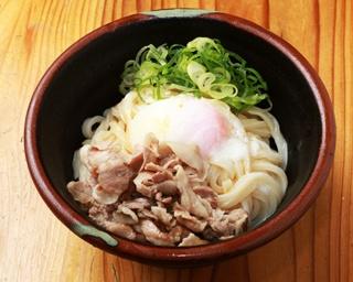 「温玉豚塩うどん」(写真は冷)。シンプルな食べ方ながら、しっかりと満腹感を得られるコスパな一杯