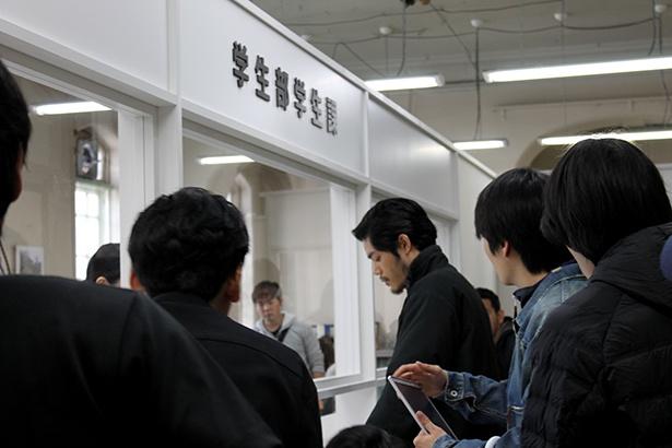 京都府庁 旧本館内セットでの大学への抗議シーン、リハーサルの様子。本番さながらに真剣な様子