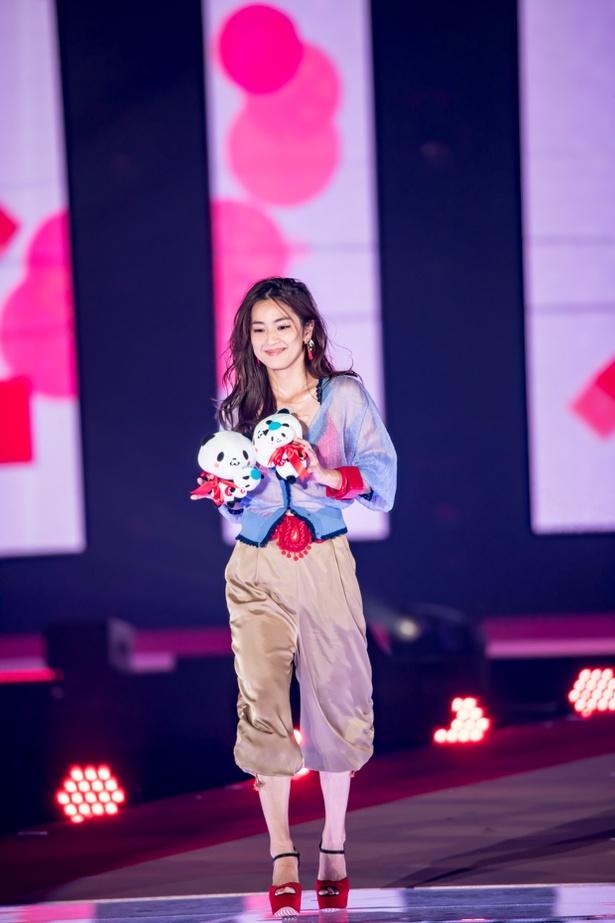 【写真を見る】中村アンが「失礼しました!」とコメントしたステージの衣装。確かにダイタン!?