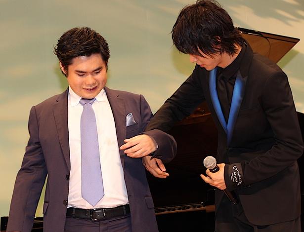 【写真を見る】山崎賢人、辻井伸行の手を取り優しくエスコート