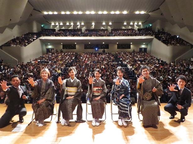 左から、唄者の西和美、島唄指導の住姫乃、二階堂ふみ、里アンナ、 唄者・前山慎吾