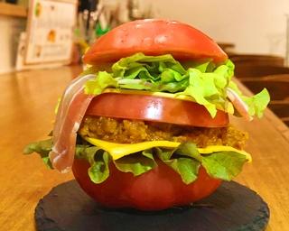 「ティーズスターダイナー」こうのきよしプロデュース どか〜んとトマトの高槻カレーバーガー800円(限定50食)