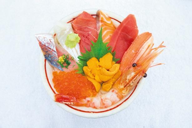 【写真を見る】酢飯やワサビなどにいたるまで抜かりない寿司店のこだわり。うまい鮨勘  築地市場店の「海鮮丼」(3024円)