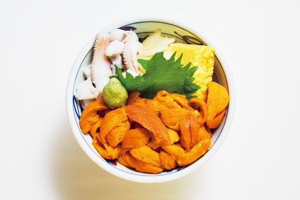 北海道産のバフンウニをふんだんに盛り付けた、岩佐寿しの「ウニ丼」(3000円)