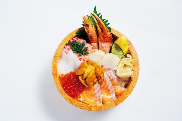 サーモンやカニ、エビ、ウニなど7種類の新鮮魚介でボリューム満点、大江戸の「うに入り7点サーモン丼」(3600円)