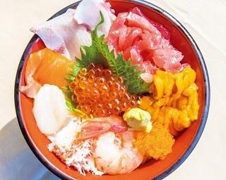 ウニやイクラ、マグロ、タコなど色とりどりな海鮮10種類がのった仲家の「うに入り海鮮丼」(2000円)