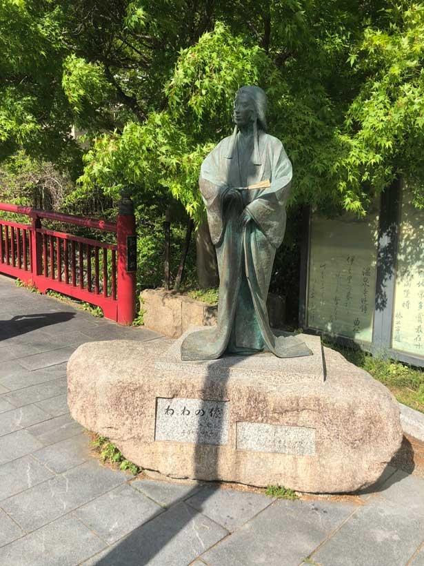 真っ赤な欄干の横に設置されている豊臣秀吉の妻・ねねの像