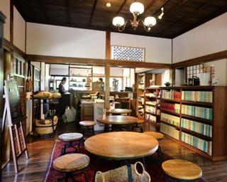 ゆふいん文学の森 / 1階はカフェとして利用でき、2階への入場は観覧料が必要。また、1棟貸しで宿泊利用もできる