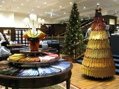 ネクタイをツリーのように飾った、クリスマス仕様の店内