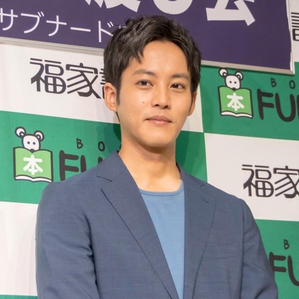 【写真を見る】役所から、映画に登場するライターをもらったと語る松坂桃李