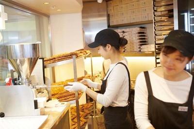 【写真を見る】注文が入ってからクリームを生地に詰めるので、いつでもできたてを味わえる/クロッカンシュー ザクザク ルクア大阪店
