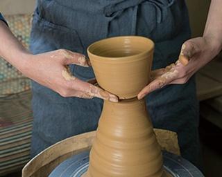 「まるた窯」では、国内外で多数の受賞歴を誇る、窯主の太田剛速さんがマンツーマンで教えてくれる
