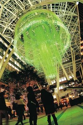 プラザ・正面エントランスには直径6mに及ぶ日本最大級のシャンデリアが