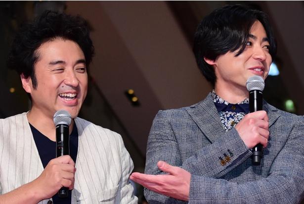 【写真を見る】爆笑するムロツヨシと、苦笑い(?)の山田孝之